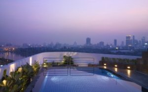 The rooftop pool at Park Plaza Sukhumvit.